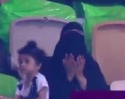 Саудовец уговорил жену пойти на футбол – это обернулось самыми неожиданными последствиями
