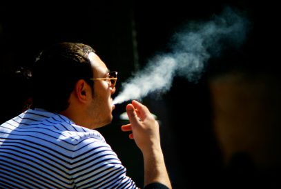 Ученые выяснили, на что обрекают свое потомство курящие отцы
