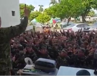 Военные филиппинской армии произносят шахаду