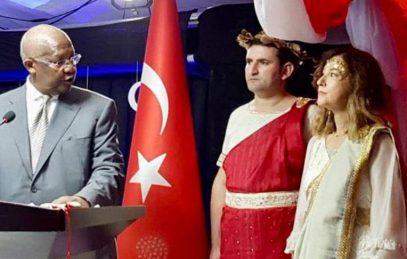 Посол Турции облачилась в греческую одежду и попала впросак
