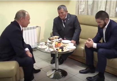 Владимир Путин во время встречи с Хабибом Нурмагомедовым и его отцом