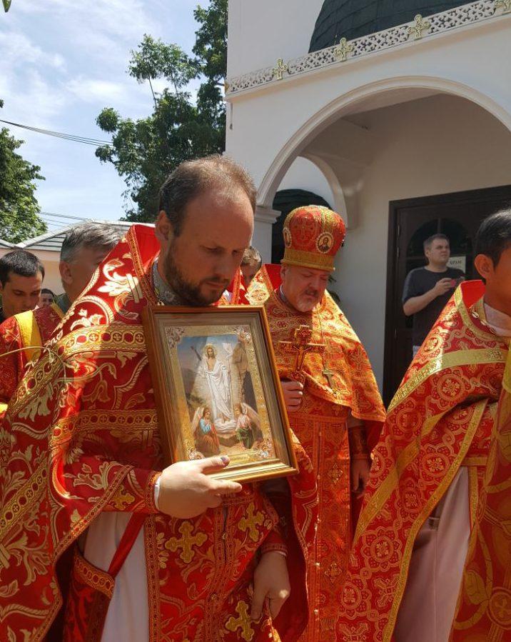 Осужденный священник-педофил Ткаченко (в центре)