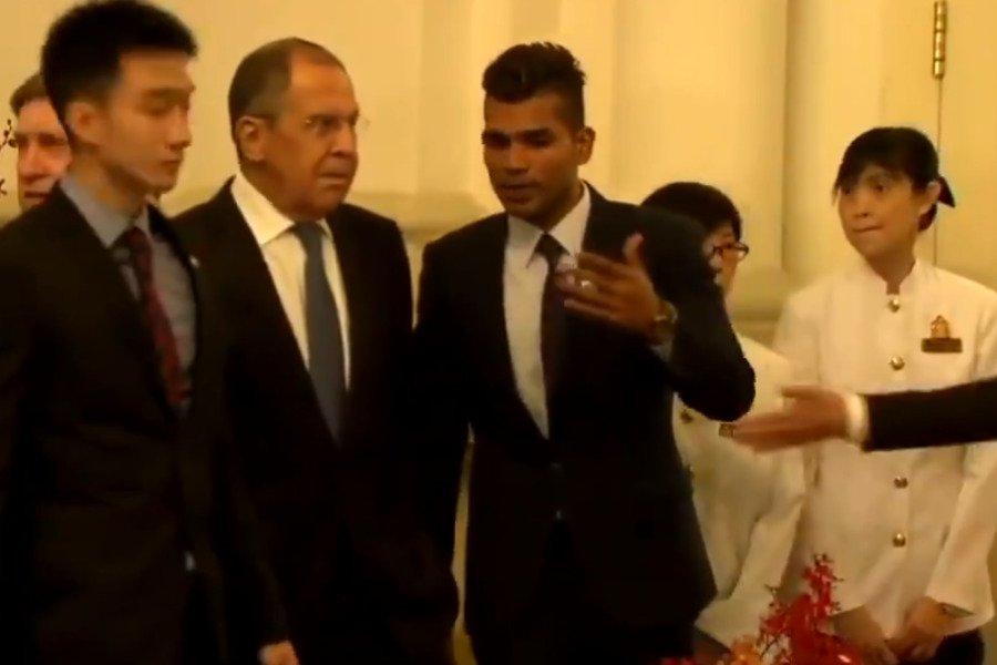 Главу МИД РФ подвинули из-за рукопожатия Владимира Путина и Халимы Якоб (ВИДЕО)