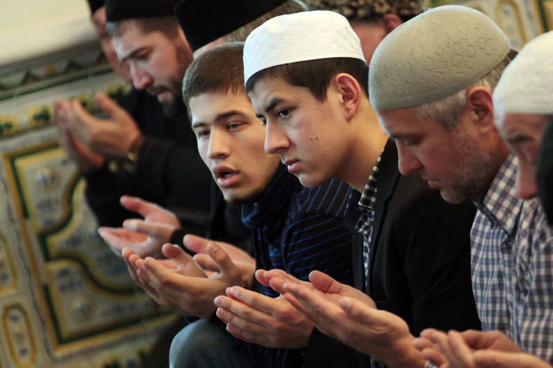 Верующие в мечети