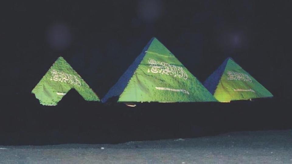 Пирамиды со световым изображением флага Саудовской Аравии