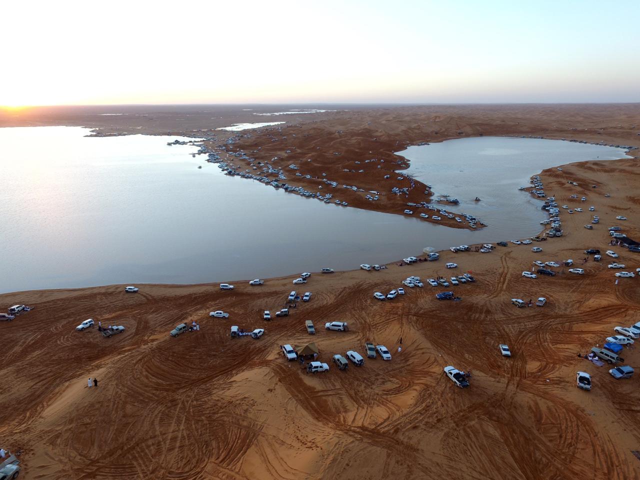 Дождевое озеро в централной части пустыни Саудовского полуострова