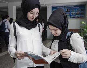 Правительство признало право школьниц на хиджаб, прекратив судиться с детьми