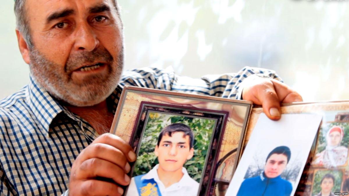 Муртазали Гасангусенов с портретами убитых сыновей