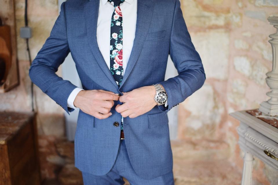 Запонки являются важным аксессуаром для мужского костюма или смокинга.