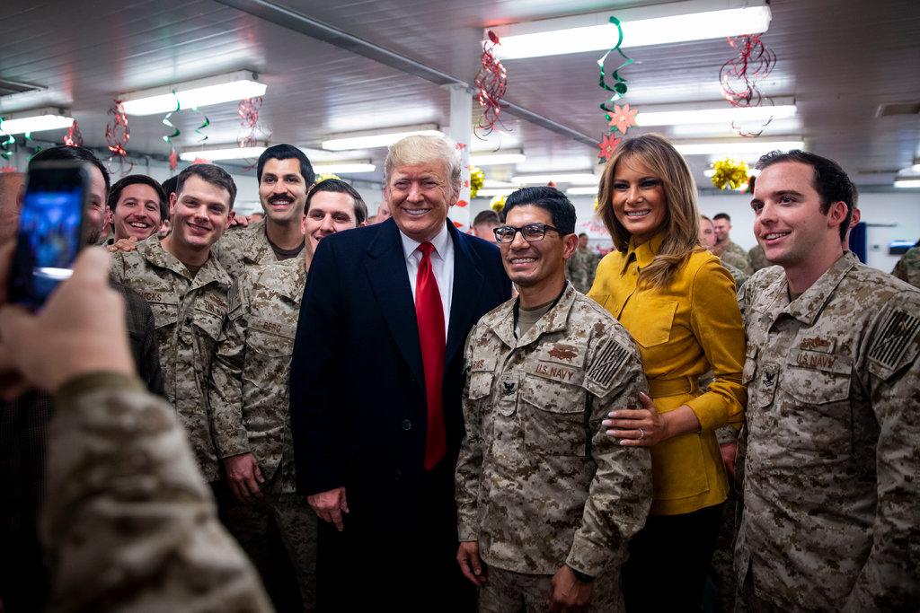 Трамп и его супруга охотно фотографировались с военными