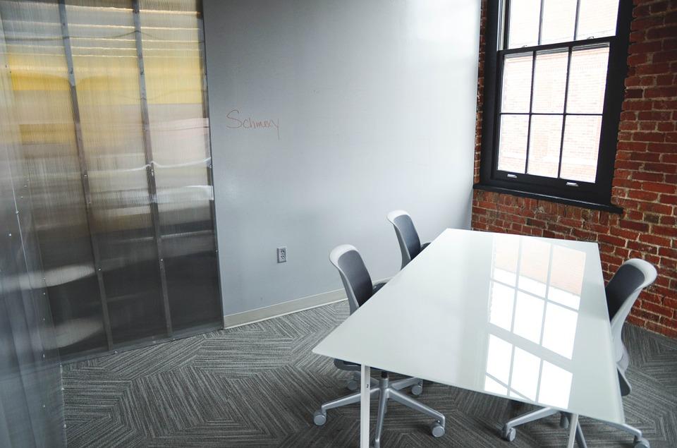 Офисную мебель следует выбирать особенно тщательно.