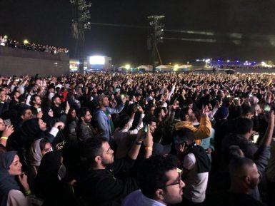 О времена, о нравы! Саудовские мужчины и женщины сплясали вместе на концерте Энрике Иглесиаса