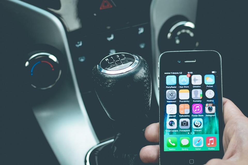 Подключиться к магнитоле в автомобиле можно по кабелю или по беспроводному соединению.
