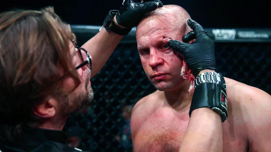 Бойцу Федору Емельяненко обрабатывают раны после поражения