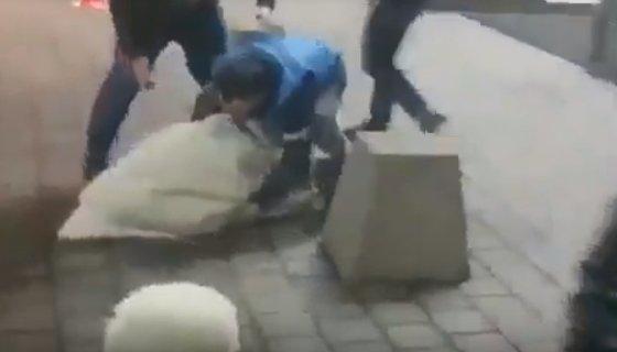 Наброшенная на девушку бурка смягчила удар при падении