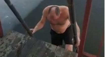 Рашид Темрезов погружается в ледяную воду