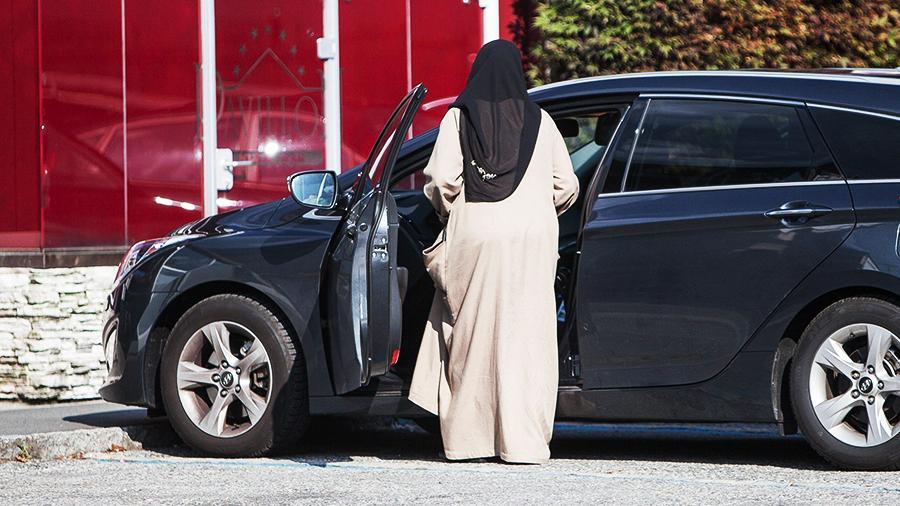 В Ашхабаде полицейские под различными предлогами забирают у женщин водительские удостоверения