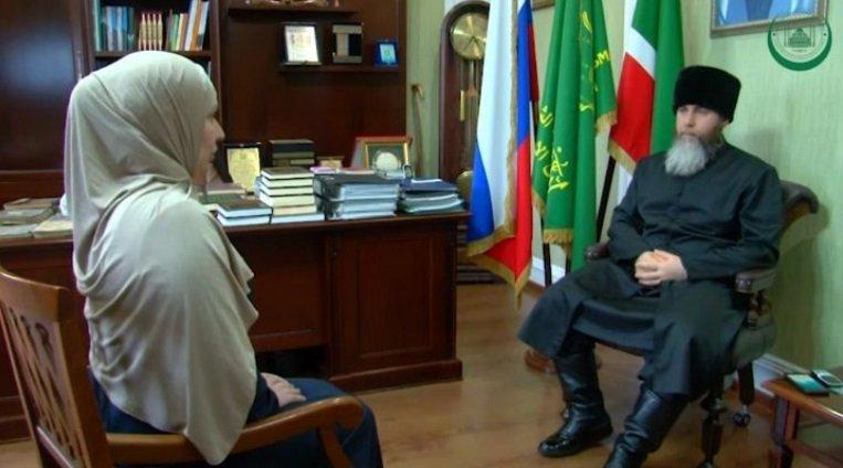 Муфтий беседует с новой мусульманкой. Фото:
