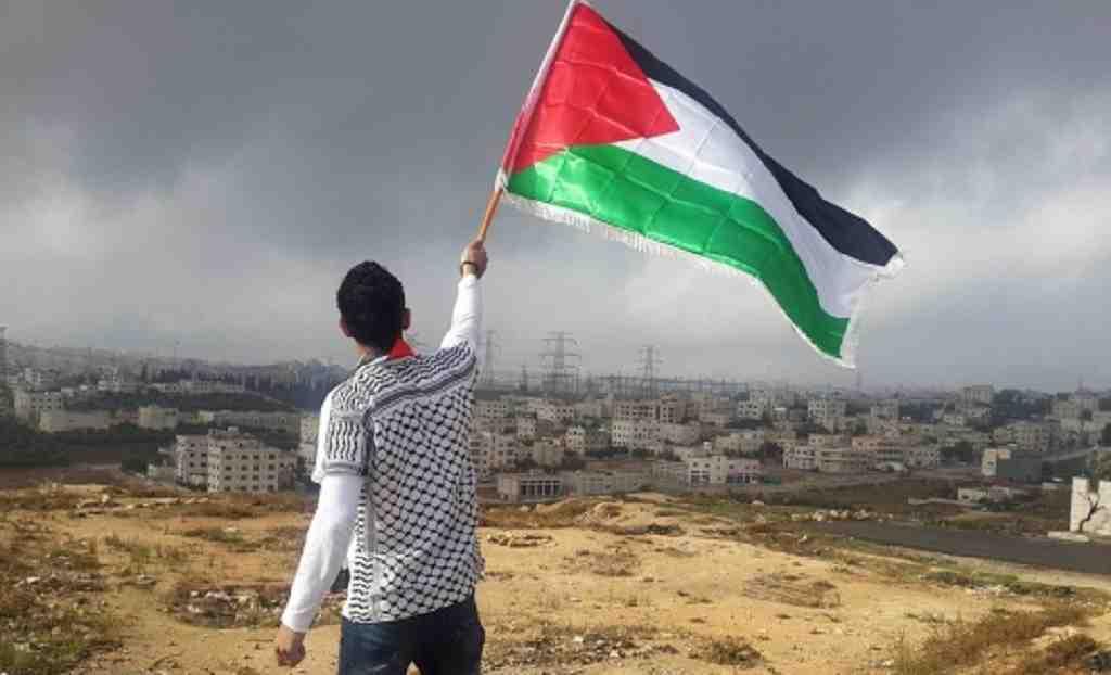 Житель Палестины с национальным флагом
