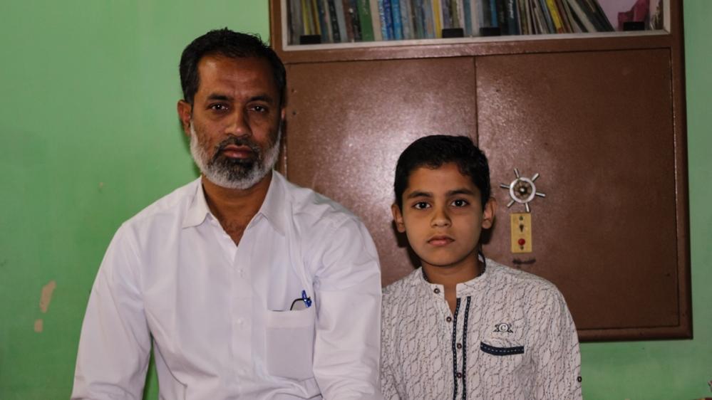 Фарух Хан (слева)