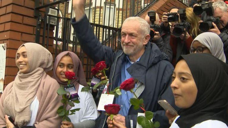 Кадр посещения мечети лидером лейбористов