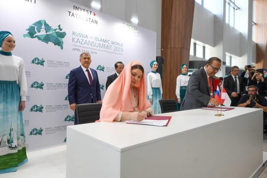 Талия Минуллина подписывает договор с зарубежными партнерами