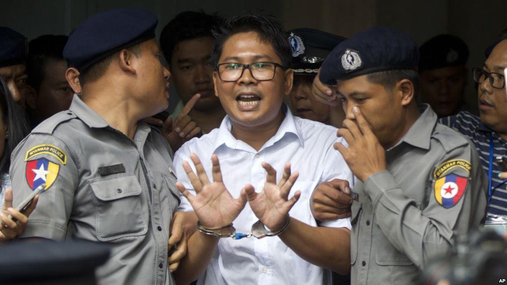 Осужденные журналисты в окружении стражей порядка