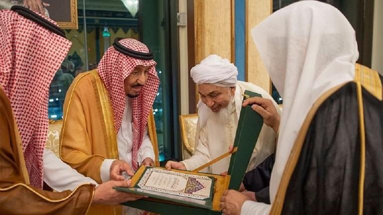 Королю вручают текст «Мекканской декларации»