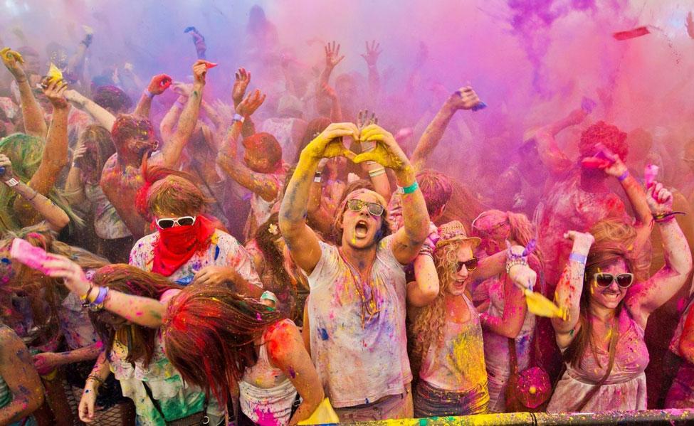 Участники фестиваля красок