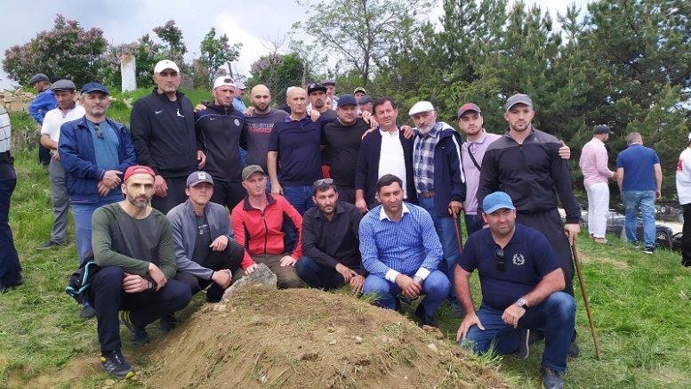 Участники похоронной церемонии рядом с могилой Хаджи-Мурата. Фото http://kavcomment.ru