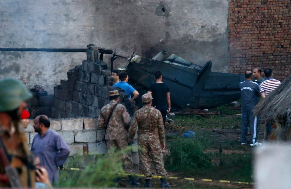 Военный самолет упал на жилые дома