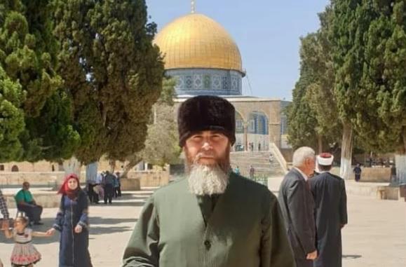 Муфтий Чечни Салах Межиев на фоне мечети