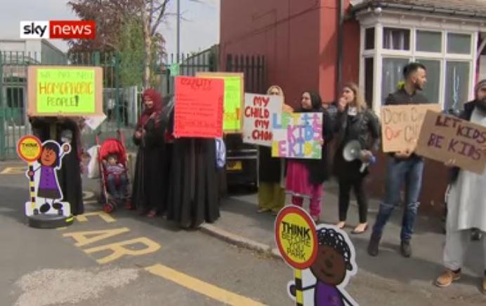 Акция протеста против уроков про ЛГБТ