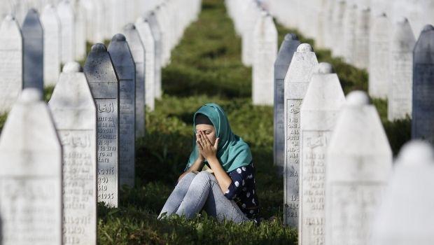 Юная мусульманка на кладбище, где покоятся жертвы резни в Сребренице