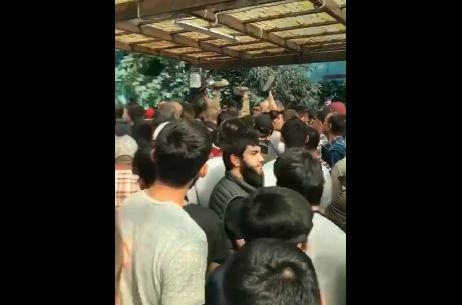 Верующие толпятся перед выходом в ожидании проверки