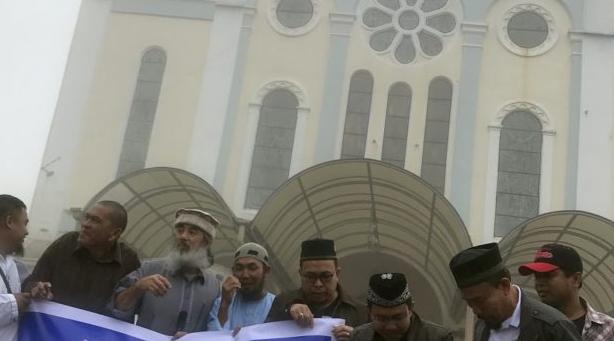 Мусульмане Багио у церкви