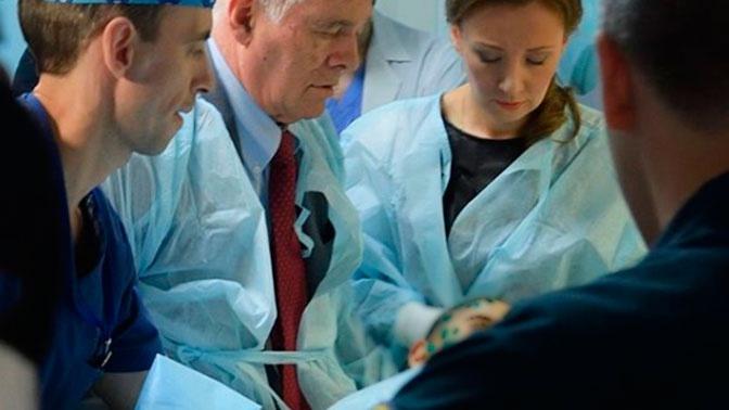Леонид Рошаль (в центре) рядом с пострадавшим ребенком