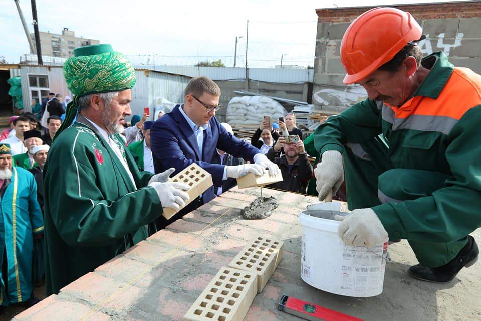Губернатор с муфтием закладывают первый камень