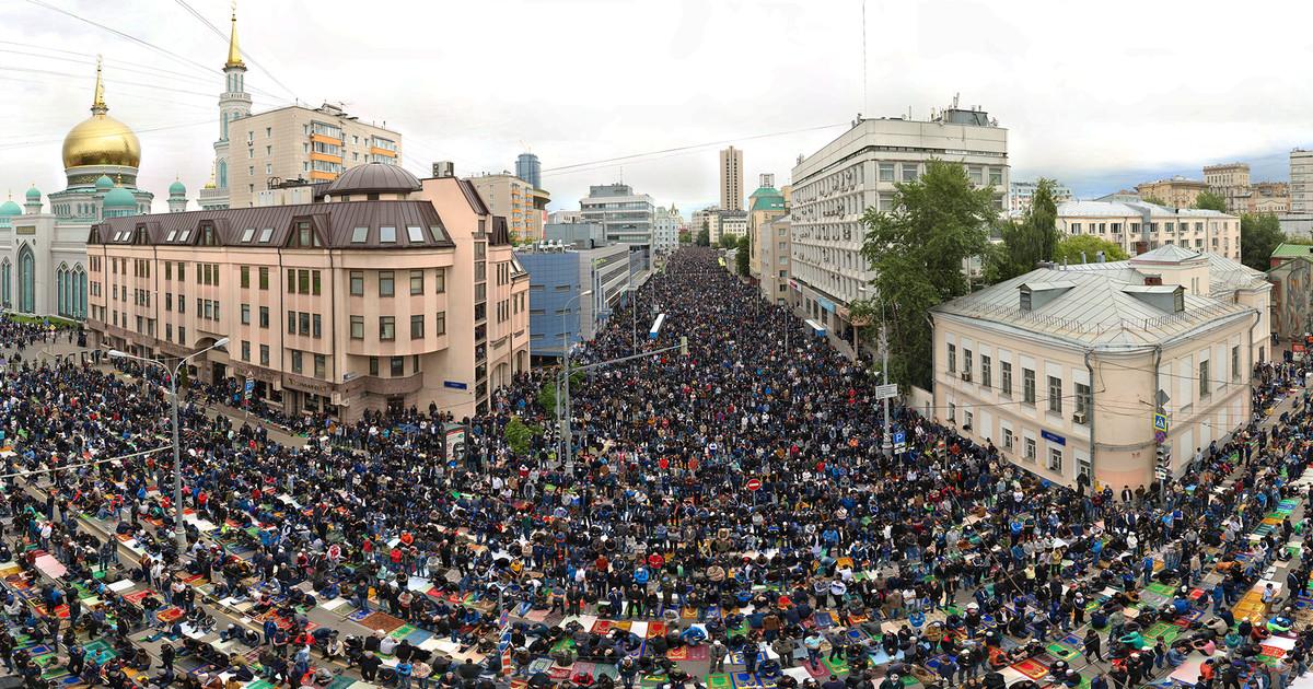 Мусульмане совершают намаз на улицах Москвы