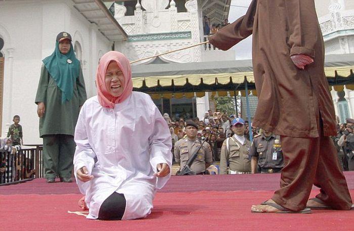 Наказание за внебрачные интимные отношения в Индонезии