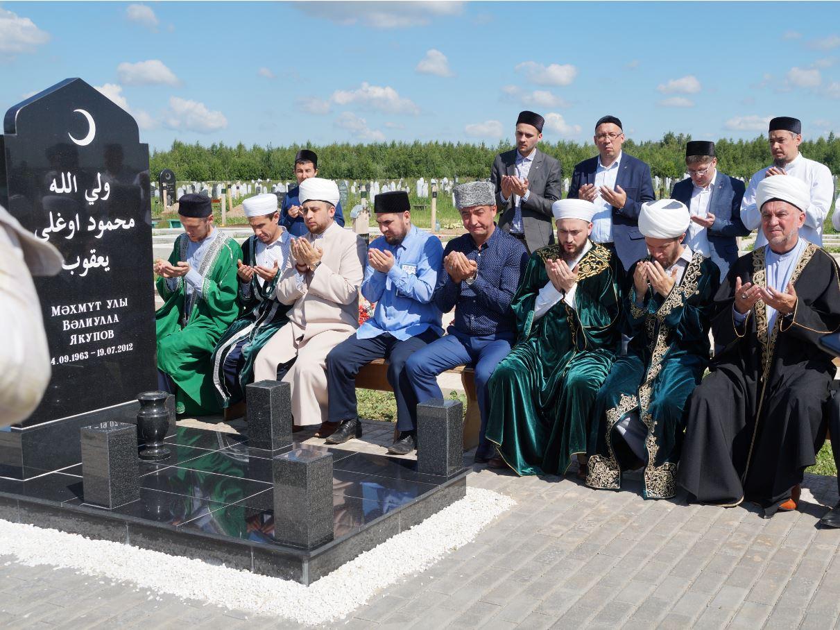 Мусульманские деятели у могиды Валиллы Якупова