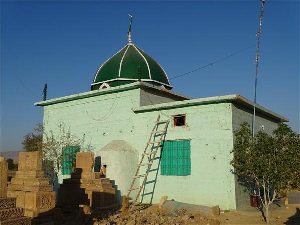 мазар Джам Дохара и украшенные барельефами могилы