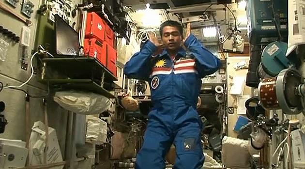 Намаз в космосе совершает малазийский космонавт Музаффар Шукор