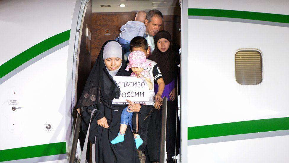 Возвращенные из Сирии россиянки с детьми