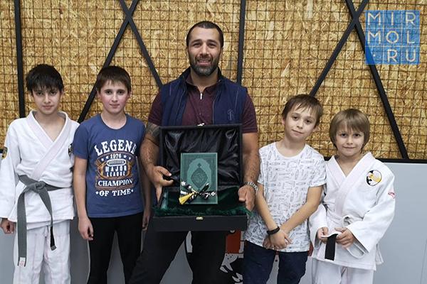 Юные спортсмены подарили своему тренеру Коран и коврик для намаза