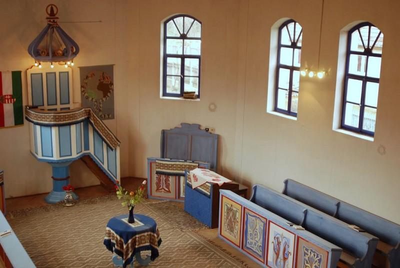 Изнутри унитарианская церковь чем-то напоминает мечеть