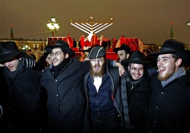 Евреи празднуют Хануку в центре Москвы
