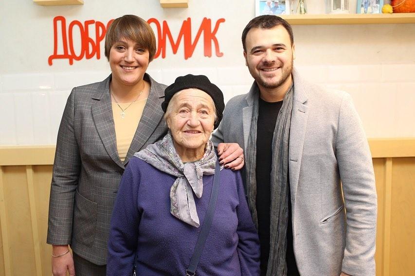 Эмин Агаларов (справа) с первой посетительницей