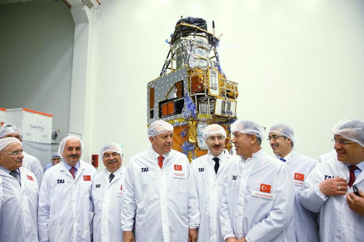 Президент Турции (в центре) во врмея посещения космичесокого центра