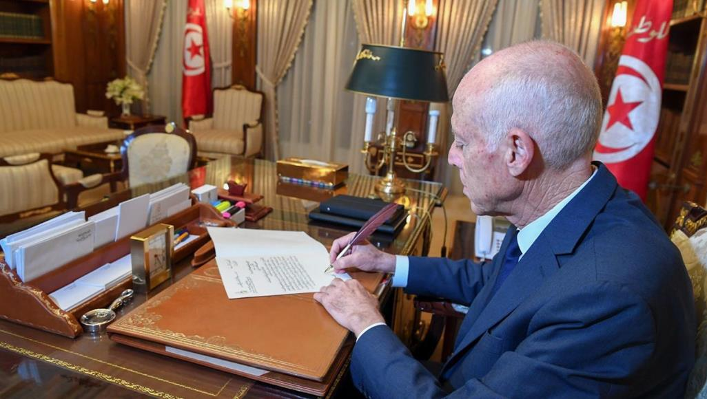 Президент Туниса пишет указ собственноручно